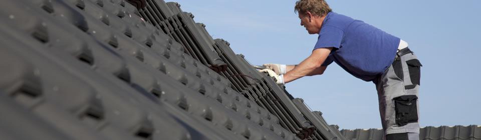 dakdekker bezig met zwart pannendak