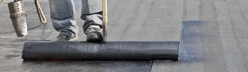 dakdekker aan het werk op plat dak